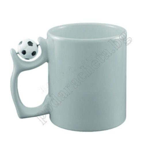 Керамична бяла чаша с футболна топка на дръжката